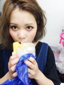 パンを食べる千明