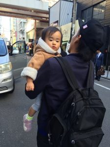ま、まさか 寺ちゃんが、抱っこしてるよ〜〜泣いてないよ〜〜笑