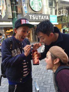 タラバガニの寿司を、頬張る3人www