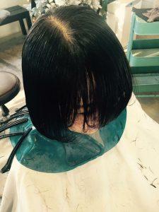 長い前髪が…