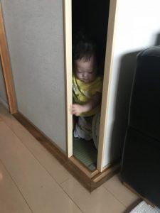 扉を開けようとしている彩叶
